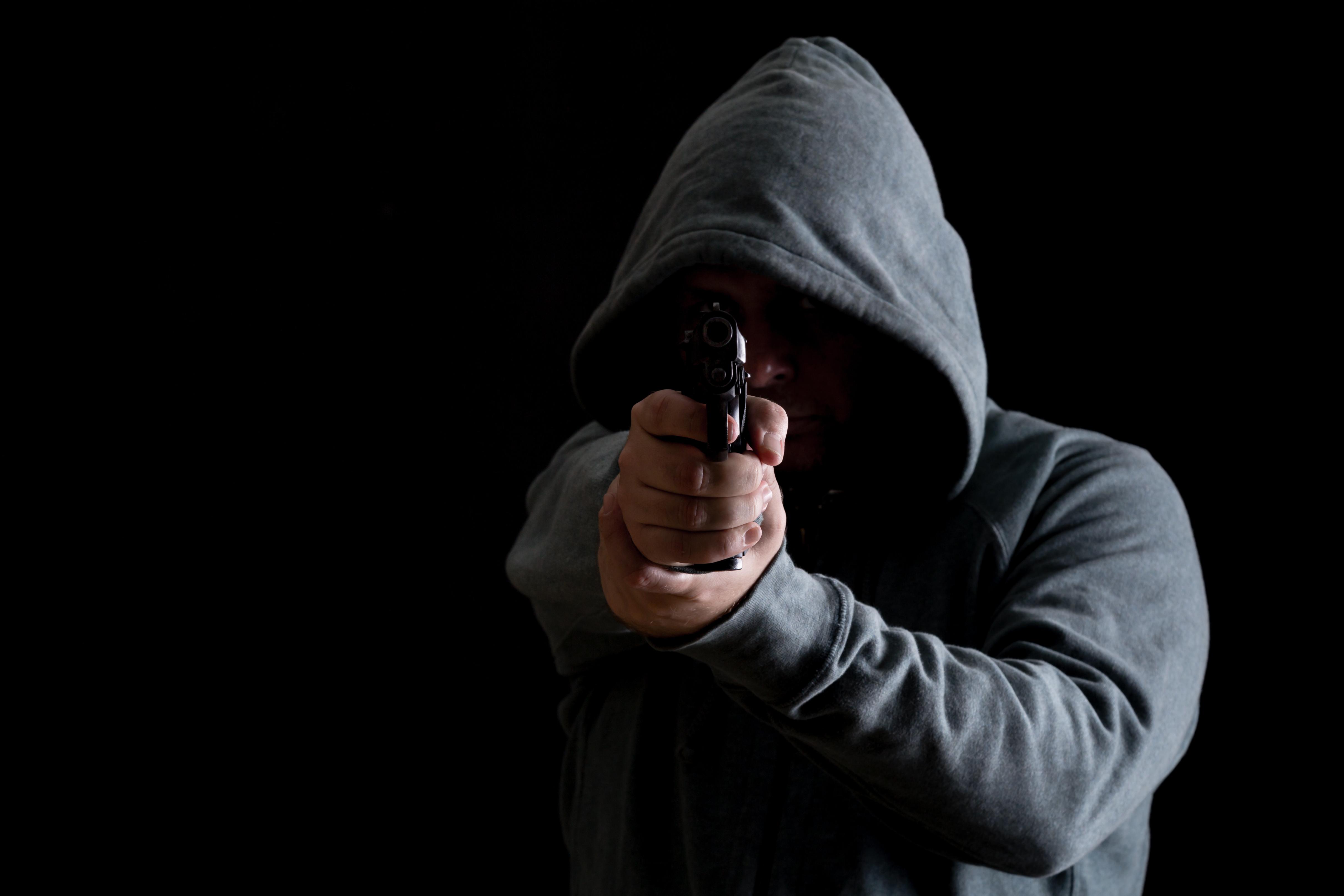 """Photo of תושב ר""""ג איים על גבר אחר באקדח, שהתגלה דמה, ודרש ממנו שיתנצל בפניו על שהתעלל בו כשהיו צעירים"""