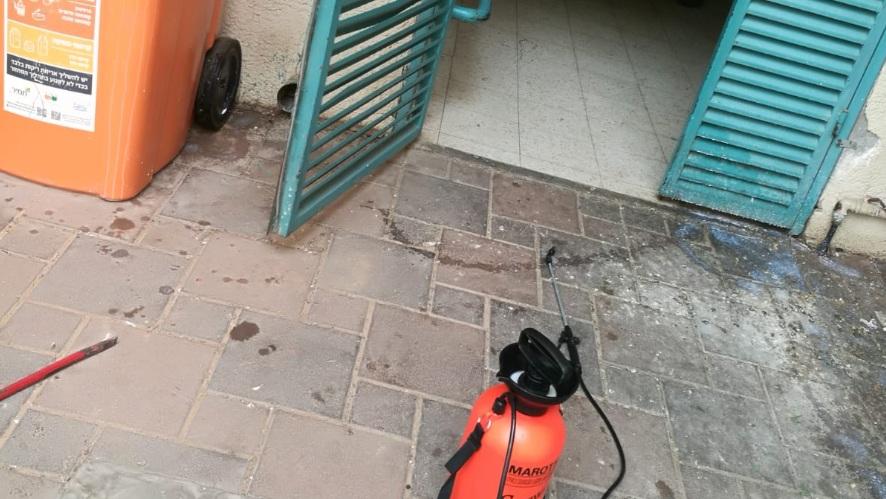 Photo of אסון נמנע ברחובות. אדם שהתחזה למדביר פיזר בבניין חומר רעיל ומסוכן. נתפס על חם