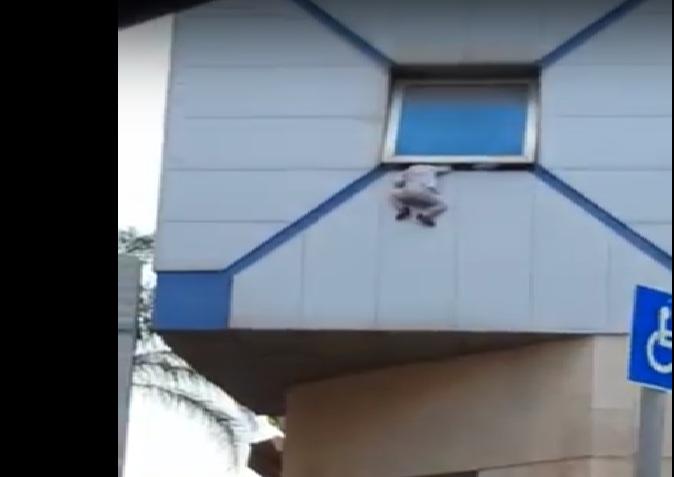 Photo of צפו בתיעוד: דרמה בבני ברק- פעוט כמעט נופל מהחלון וניצל בשניות האחרונות