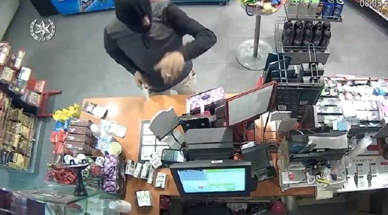 "Photo of שני צעירים מר""ג וחיפה ניסו לשדוד אתמול חנות נוחות בר""ג באיומי נשק. התוצאה: המוכר הבריח אותם וכעבור כמה שעות הם גם נעצרו"