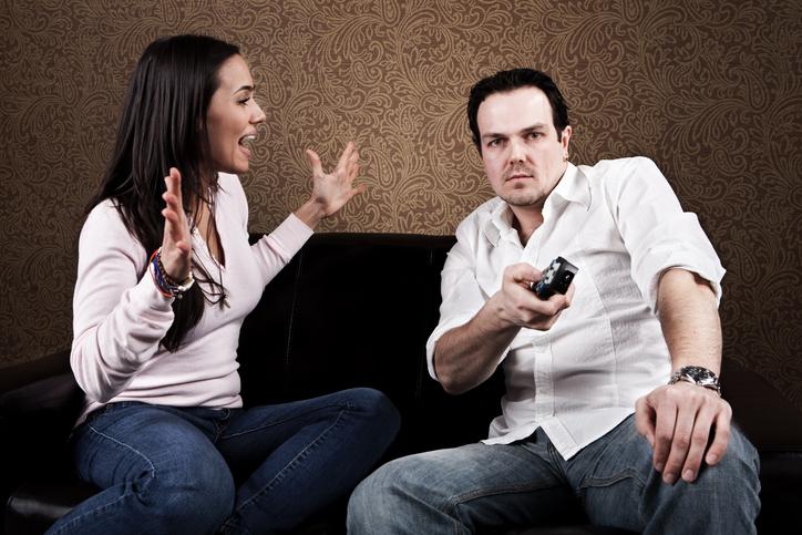 """Photo of מורה מהאזור מבקשת להרחיק את בעלה מהבית, בגלל שהתקין ארבעה מסכי טלוויזיה ענקיים למונדיאל. """"המונדיאל הפך אותו אלים"""""""