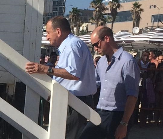 Photo of ייכנס למים או לא? הנסיך הבריטי בחוף הים בתל אביב