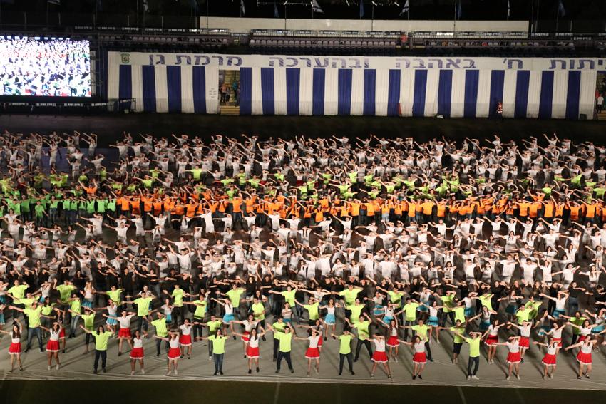 Photo of 7,500 משתתפים בטקס הסיום העירוני של כיתות ח' באצטדיון וינטר