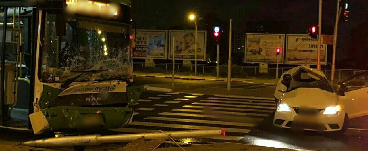 Photo of תאונה קשה הלילה בין רכב פרטי לאוטובוס בפינת הרחובות עצמאות ורבין בפח תקווה. נהג הרכב פונה במצב קשה
