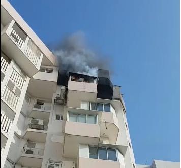 Photo of צפו: שריפה פרצה בבניין מגורים ברחוב הגלים בראשון לציון. הכבאים במקום