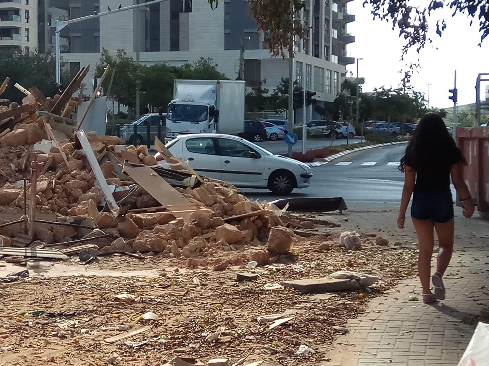 """Photo of לאחר מאבק משפטי שהוביל ראש העיר ברוורמן נהרס מבנה שהיווה בעיה תעבורתית ברחוב """"אחים ישראלית"""" בפ""""ת"""
