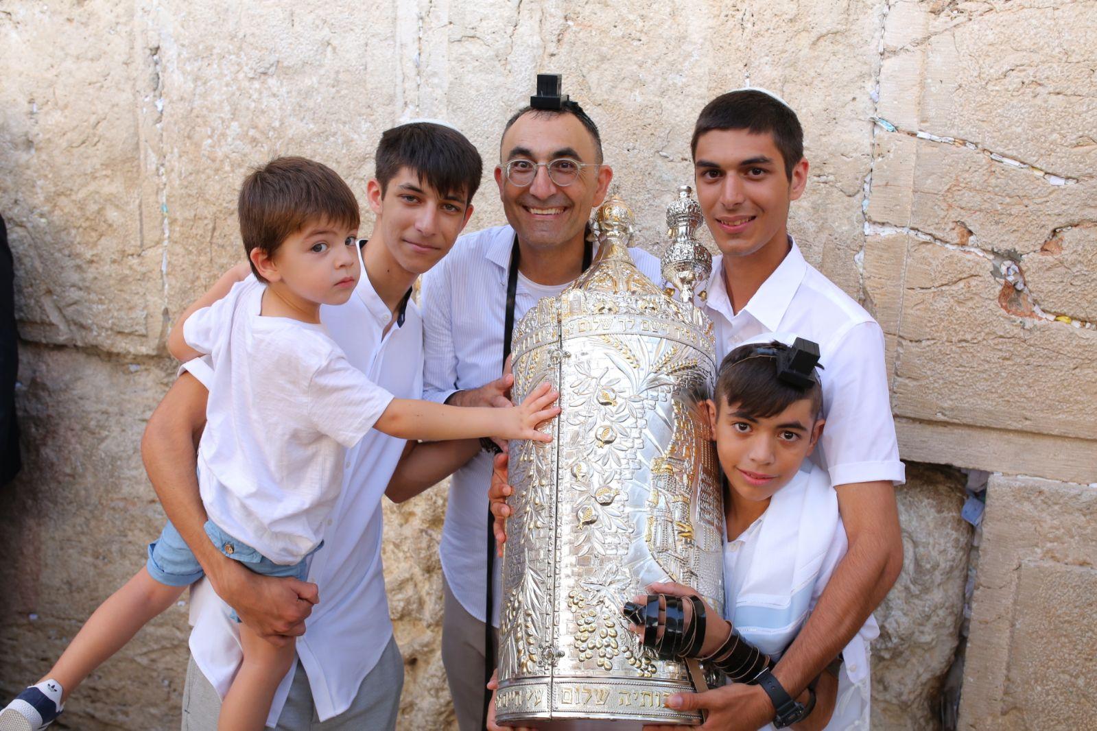 Photo of צפו: חגיגת בר המצווה של ליעד קטורזה בכותל סחפה את עם ישראל לשמחה גדולה