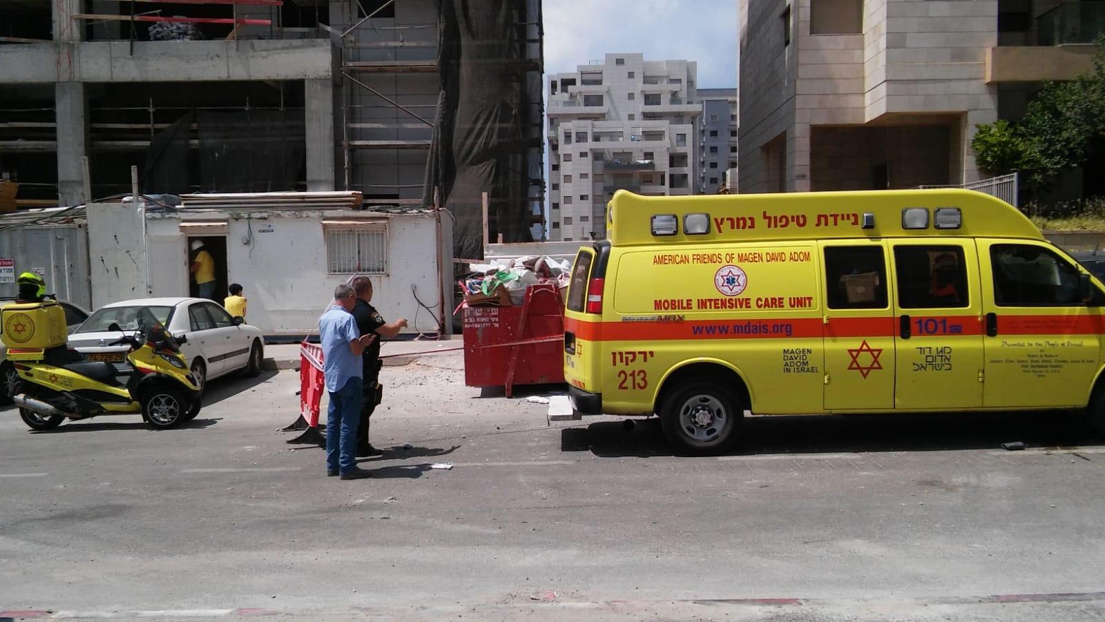 Photo of גבר כבן 65 נהרג מנפילת פלטת בטון על ראשו באתר בנייה בתל אביב