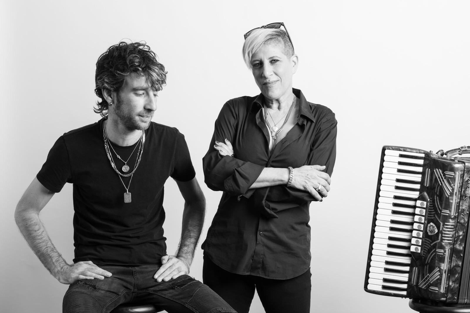 "Photo of סי היימן: יומן מסע מרגש לכבוד הדיסק החדש עם אלעד שודלר ""שירים מבית אבא"""
