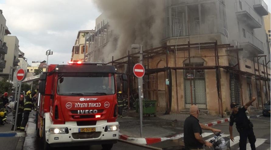 Photo of צפו: דרמה ביפו – שריפה שפרצה בחנויות ברח' יהודה מרגוזה התפשטה לדירות מעל. יש חשש לשני לכודים, ניסיונות גדולים לחלצם
