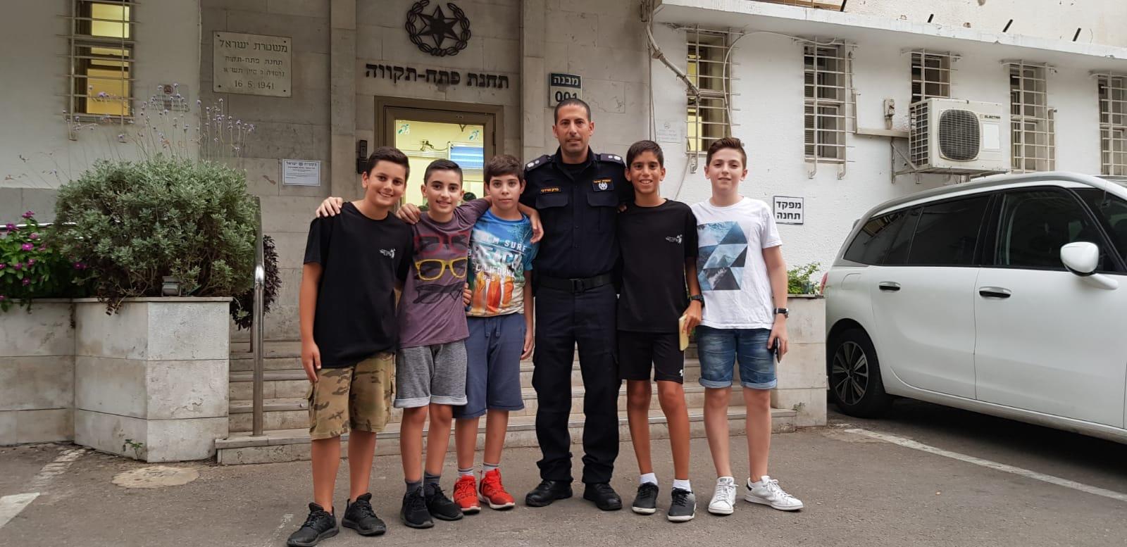 Photo of חמישה ילדים בני 12 מפתח תקוה הוכיחו שהמונח אזרחות טובה עדיין קיים כשהביאו סלולרי שמצאו לתחנה המשטרה