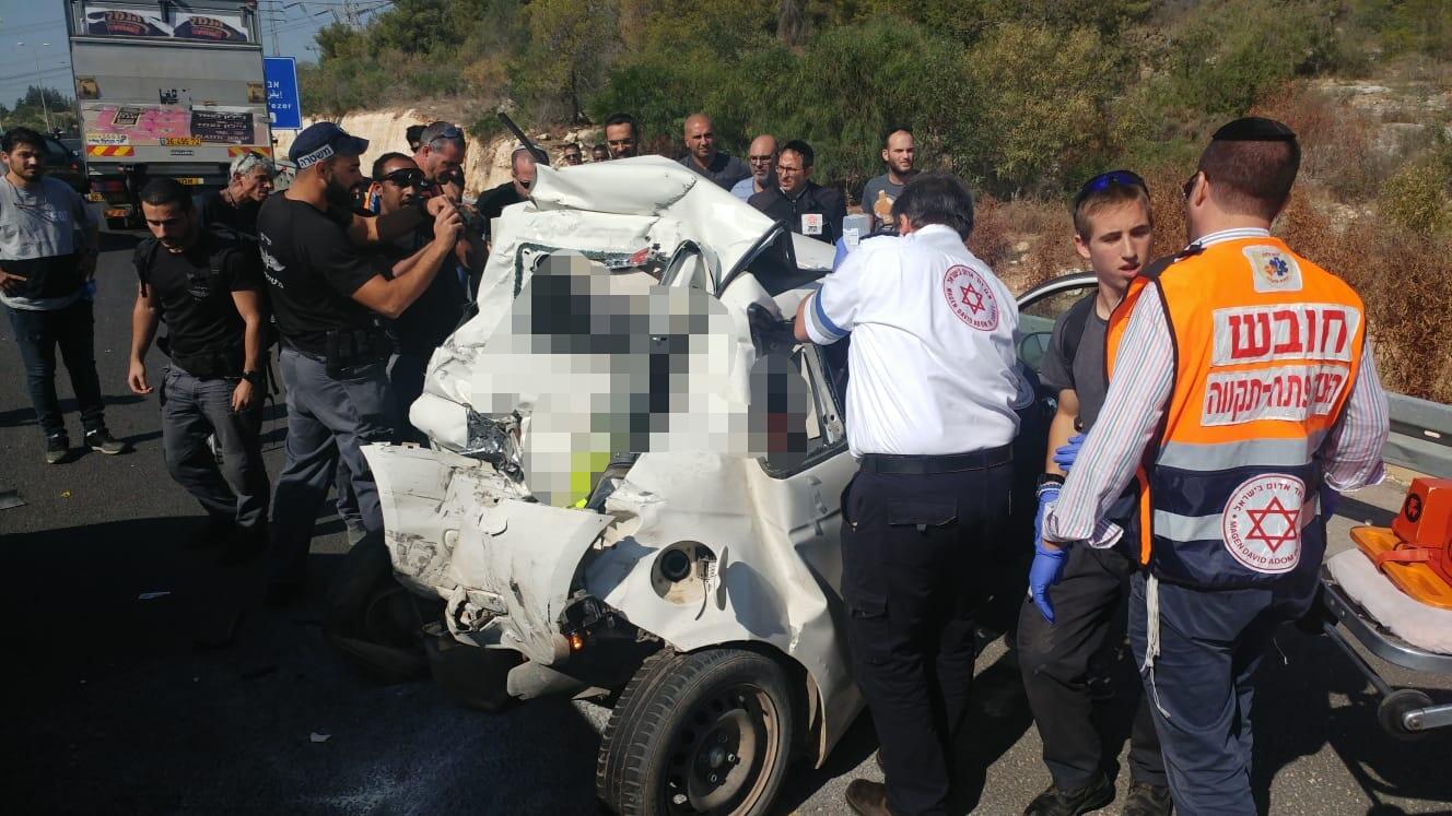 Photo of תאונה קשה בין משאית לרכב פרטי במחלף קסם. נהג הרכב הפרטי פונה במצב בינוני עד קשה