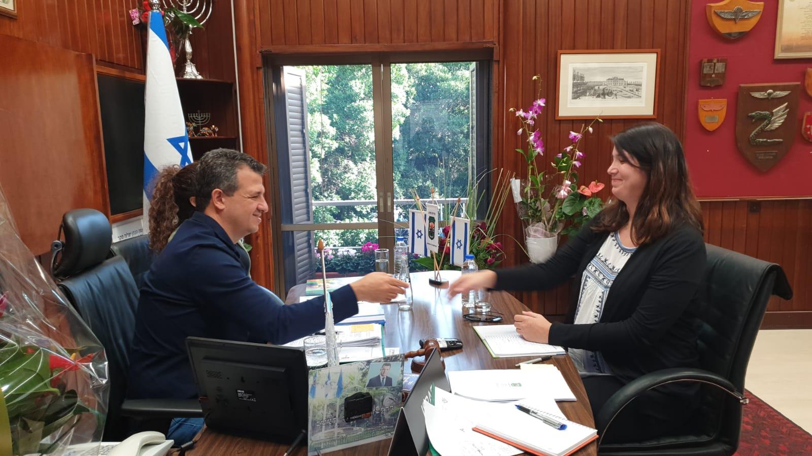 Photo of שירלי פינטו, חירשת דוברת שפת הסימנים, מונתה לשמש כיועצת ראש העירייה לענייני אנשים עם מוגבלות ונגישות