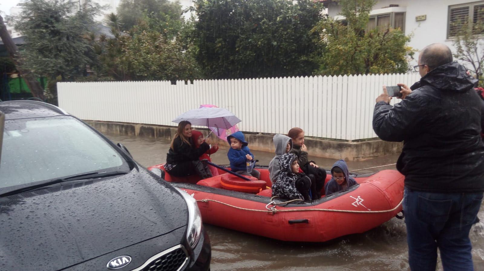 Photo of פינוי וחילוץ ילדים מגן ילדים ברחוב ה' באייר ברחובות שהוצף
