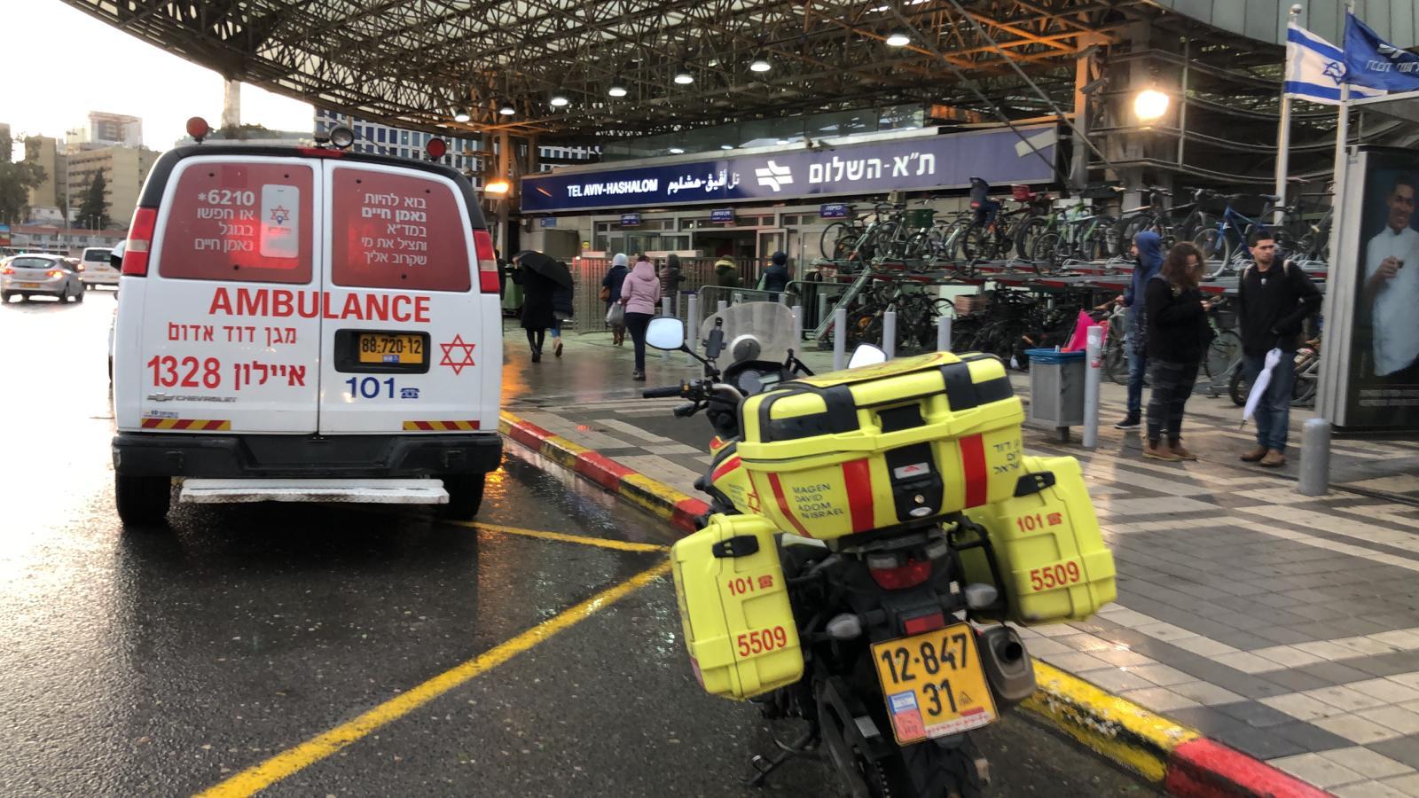 """Photo of דרמה בתחנת רכבת השלום בת""""א. תושייה של נוסעים ומנהל התחנה הצילו את חייה של צעירה שהתמוטטה ברציף ועברה החייאה"""