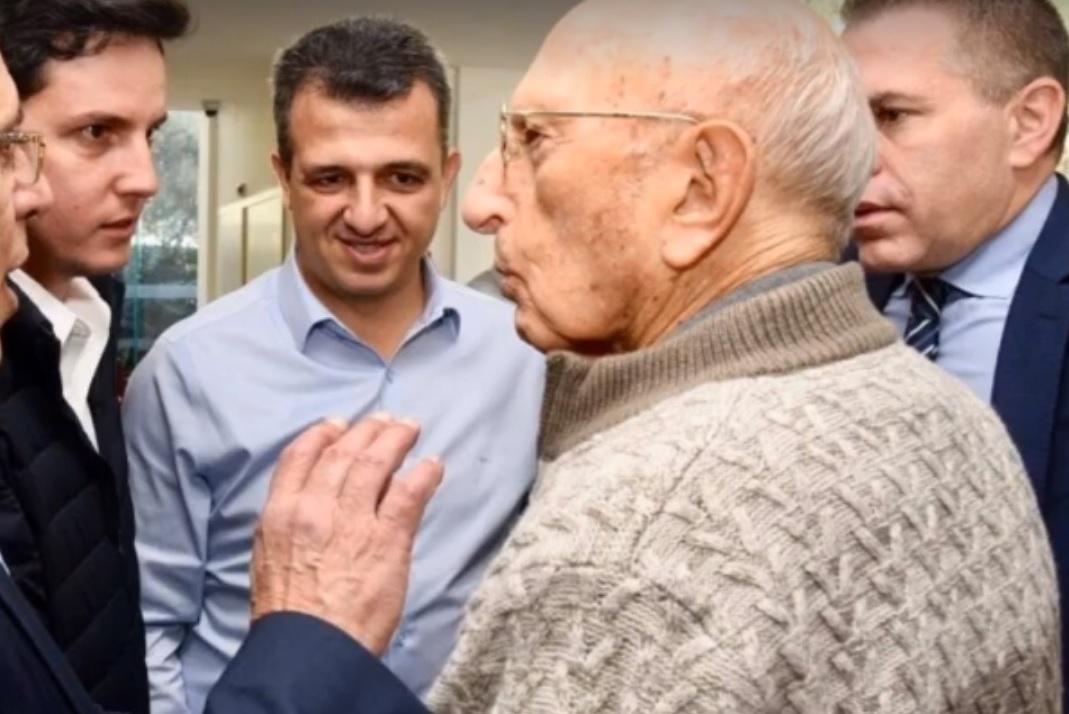 """המפגש המרגש והמקרי עם ראש המוסד לשעבר, צבי זמיר. צילום: עיריית ר""""ג"""