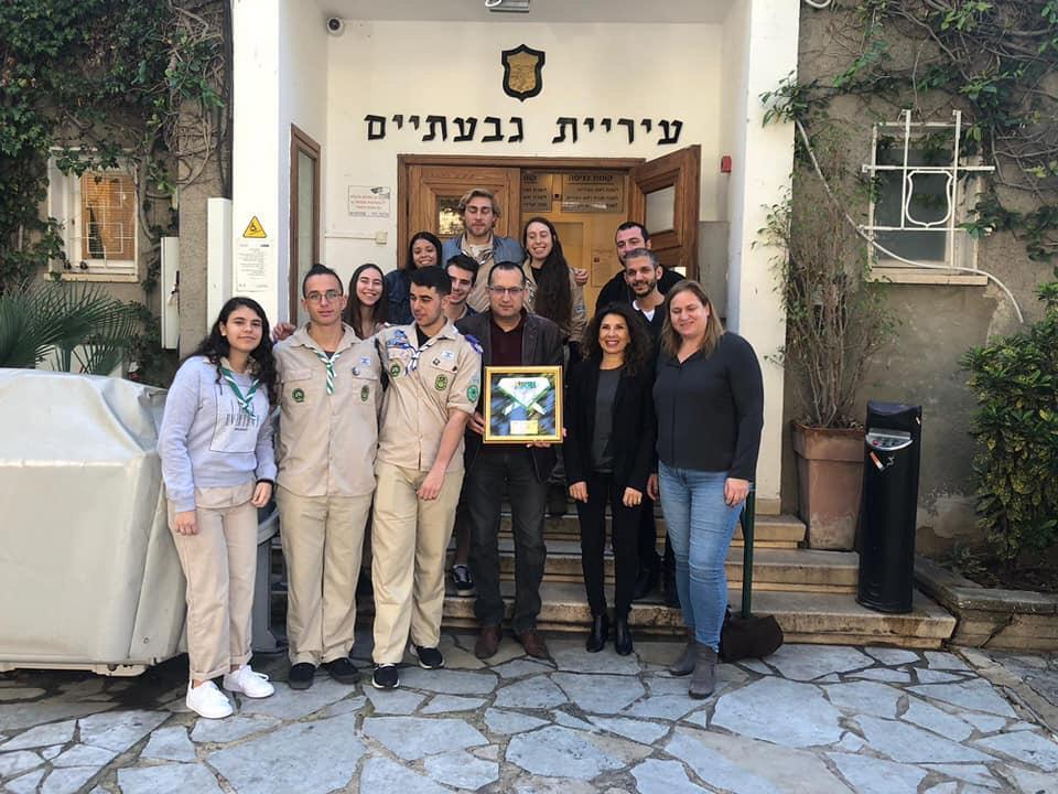 Photo of חניכי שבטי הצופים בגבעתיים העניקו לראש העירייה, רן קוניק מגן הוקרה על שנים ארוכות של שיתופי פעולה ערכיים