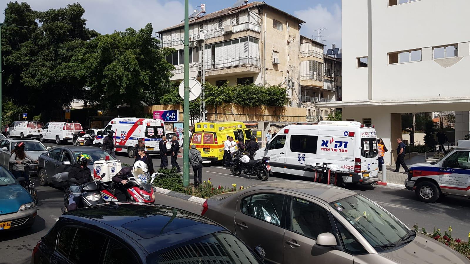 """Photo of צפו: צעיר בן 20 פצוע אנוש ועובר החייאות, לאחר שנורה בחניון ברח' ז'בוטינסקי בר""""ג. נבדק: ניסיון חיסול"""