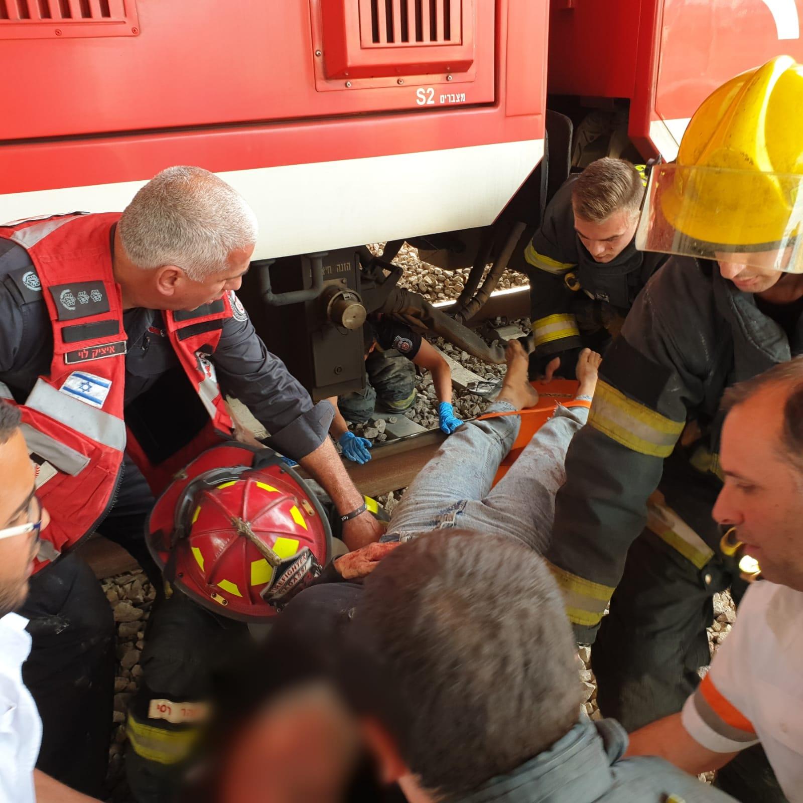 החילוץ הדרמטי של האישה מתחת לגלגלי הרכבת. צילום: דוברות כיבוי מרכז