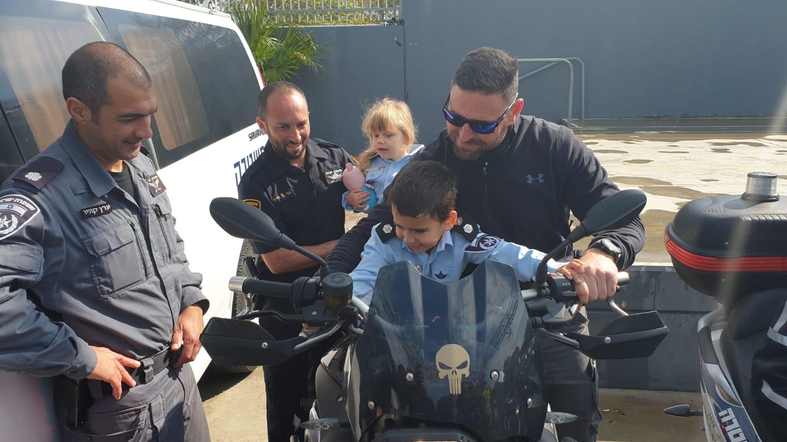 Photo of מרגש: השוטרים הגיעו הבוקר לשני גני ילדים בבת ים והגשימו חלום לשני ילדים בני 4