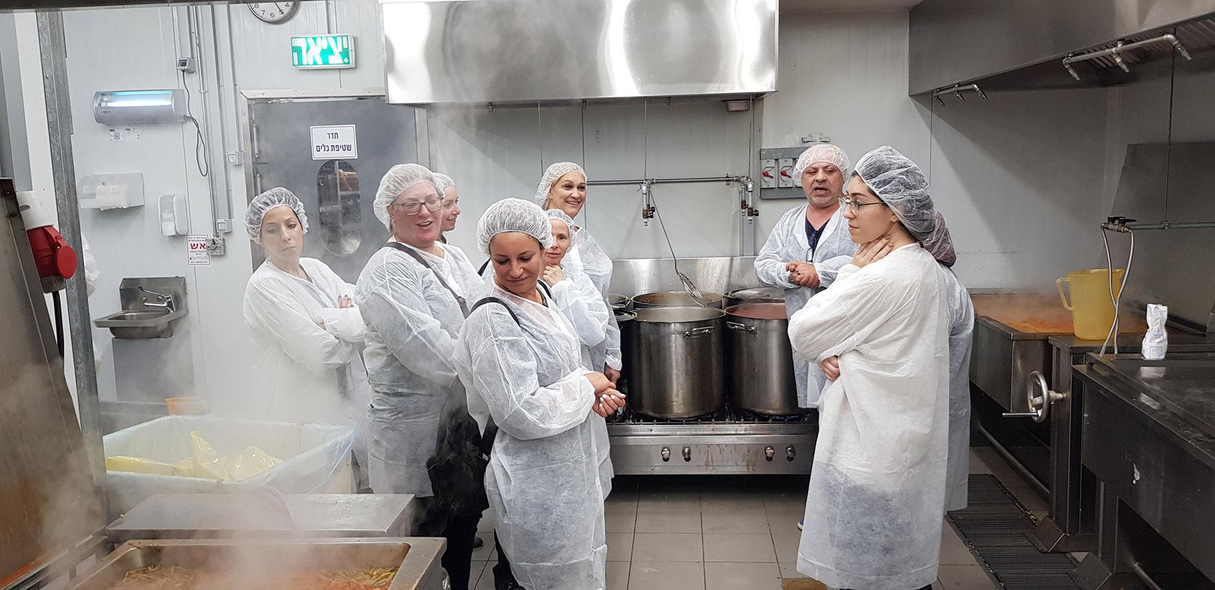 Photo of מקפידים על טיב המזון. גננות וסייעות הצהרונים ביקרו במטבח שמספק את האוכל לילדים