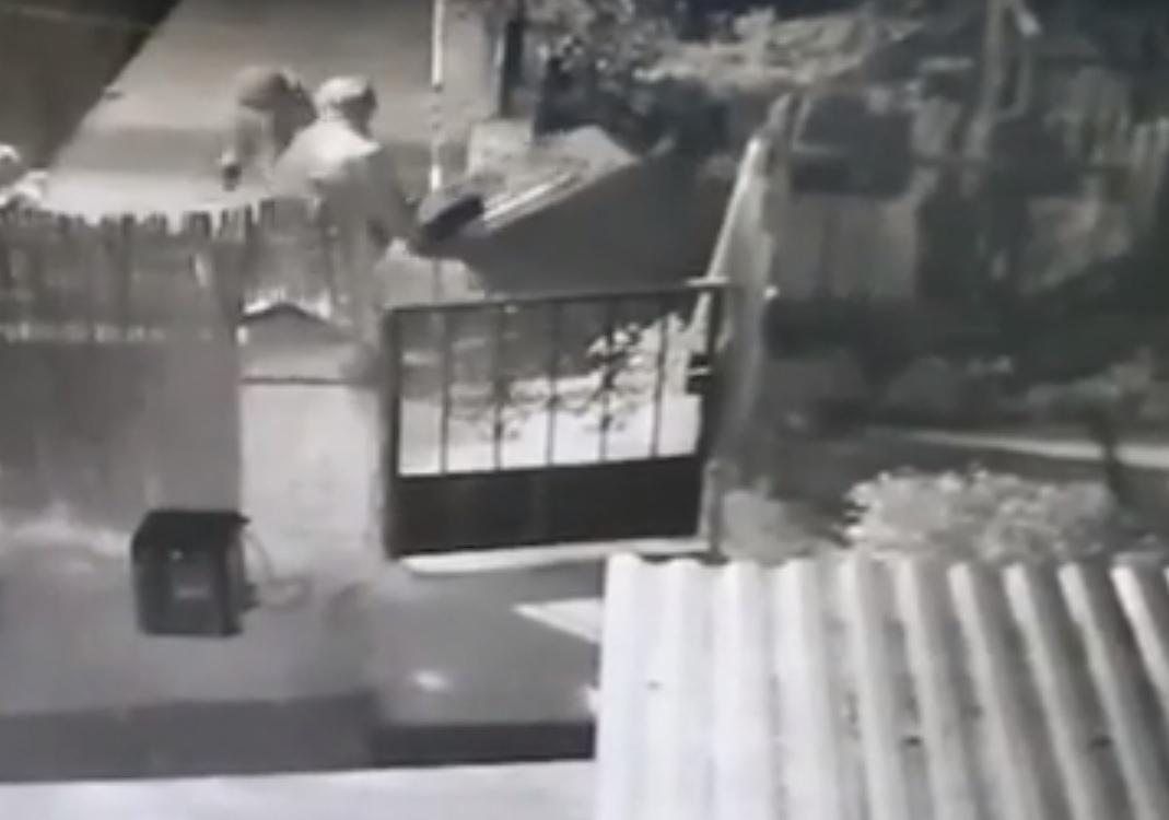 """Photo of צפו: התיעוד המצמרר של רוצחיו של עדיאל תורתי מפ""""ת. """"דקרו אותו עד שידית הסכין נשברה והמשיכו לדקור עם שברי בקבוק"""""""