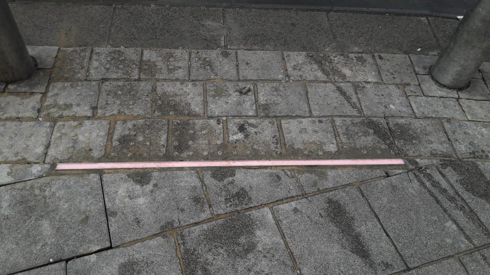 Photo of צפו: עיריית תל אביב התקינה רמזור על הרצפה. למי שהעיניים שלו תקועות בנייד