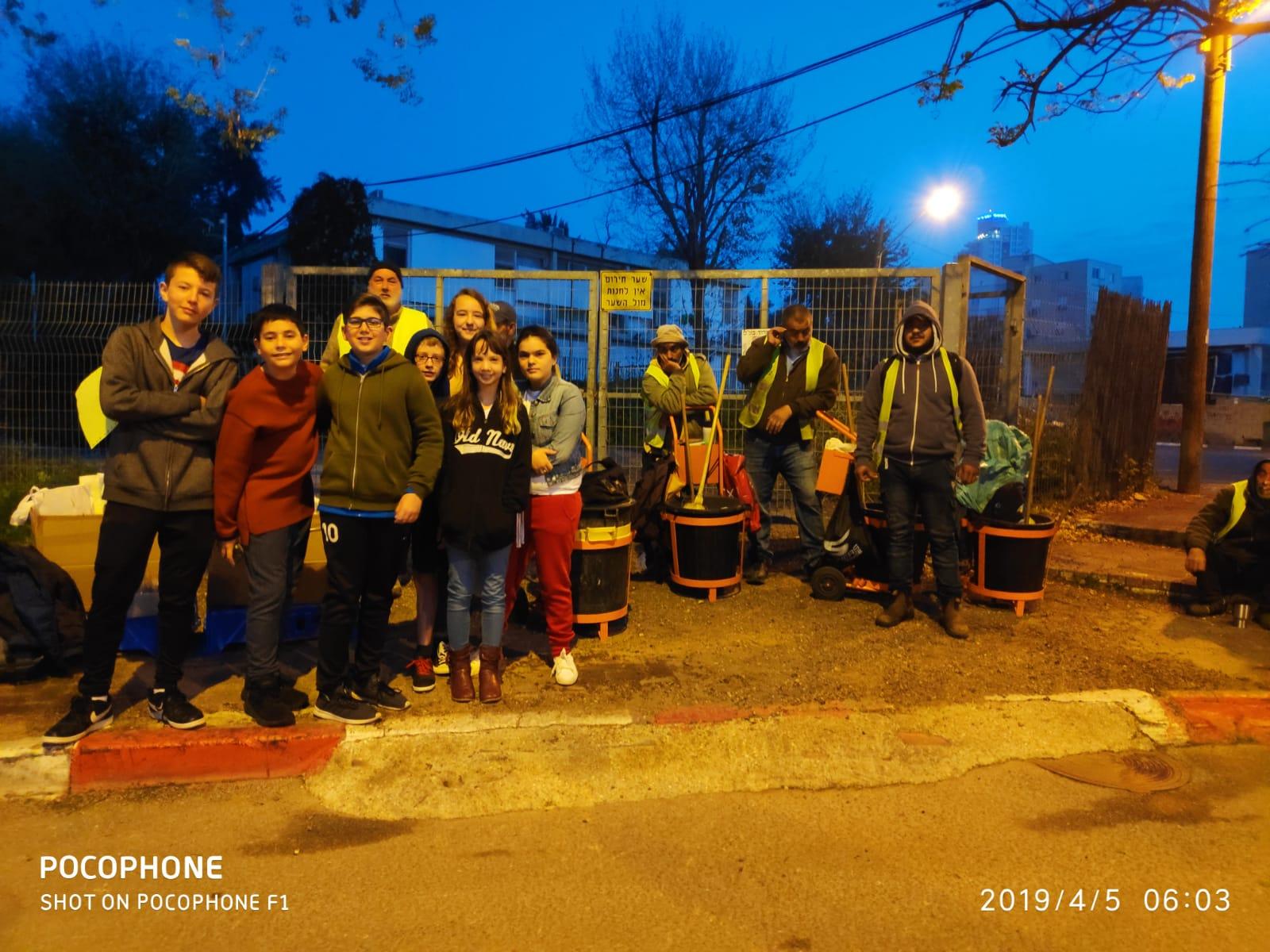 Photo of תלמידי בית ספר גורדון בגבעתיים ביוזמה מרגשת למען עובדי הניקיון בעיר
