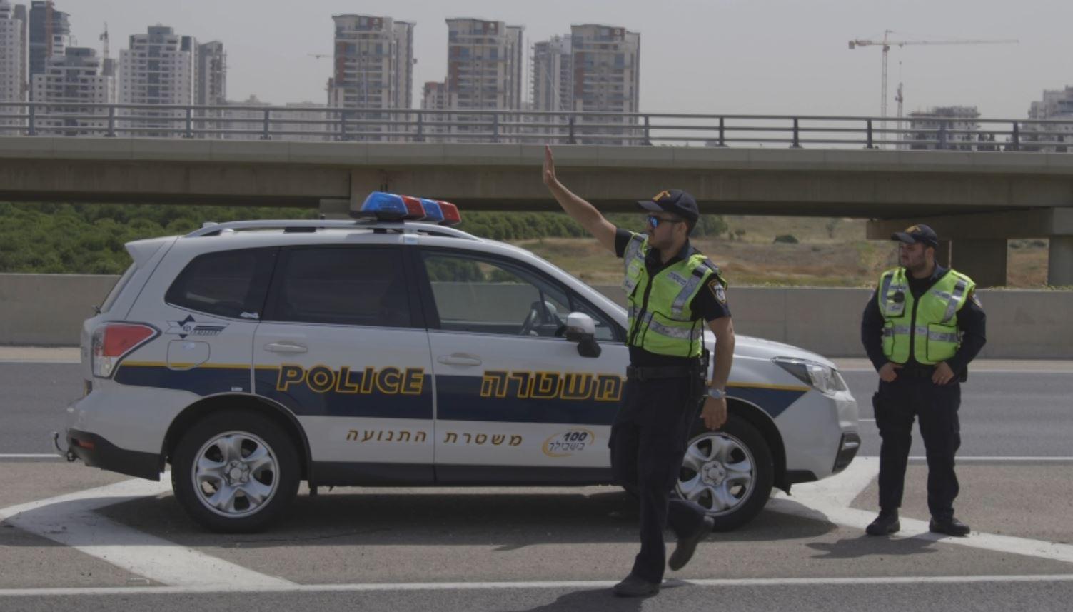 Photo of שוטר התנועה סייע לאישה, שכרעה ללדת ברכב בעלה, להגיע לבית החולים כשעצר את התנועה באיילון