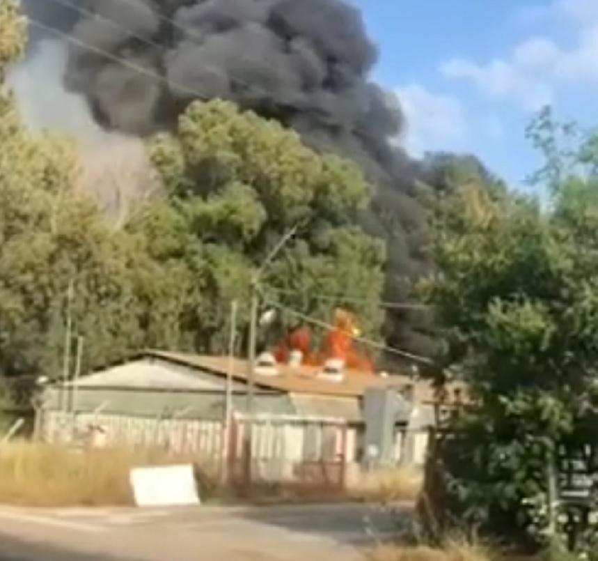 Photo of צפו: דרמה בשעה זו בבסיס תל השומר: פיצוצים במחסנים ושריפה גדולה במקום. כוחות כיבוי אש גדולים פועלים במקום