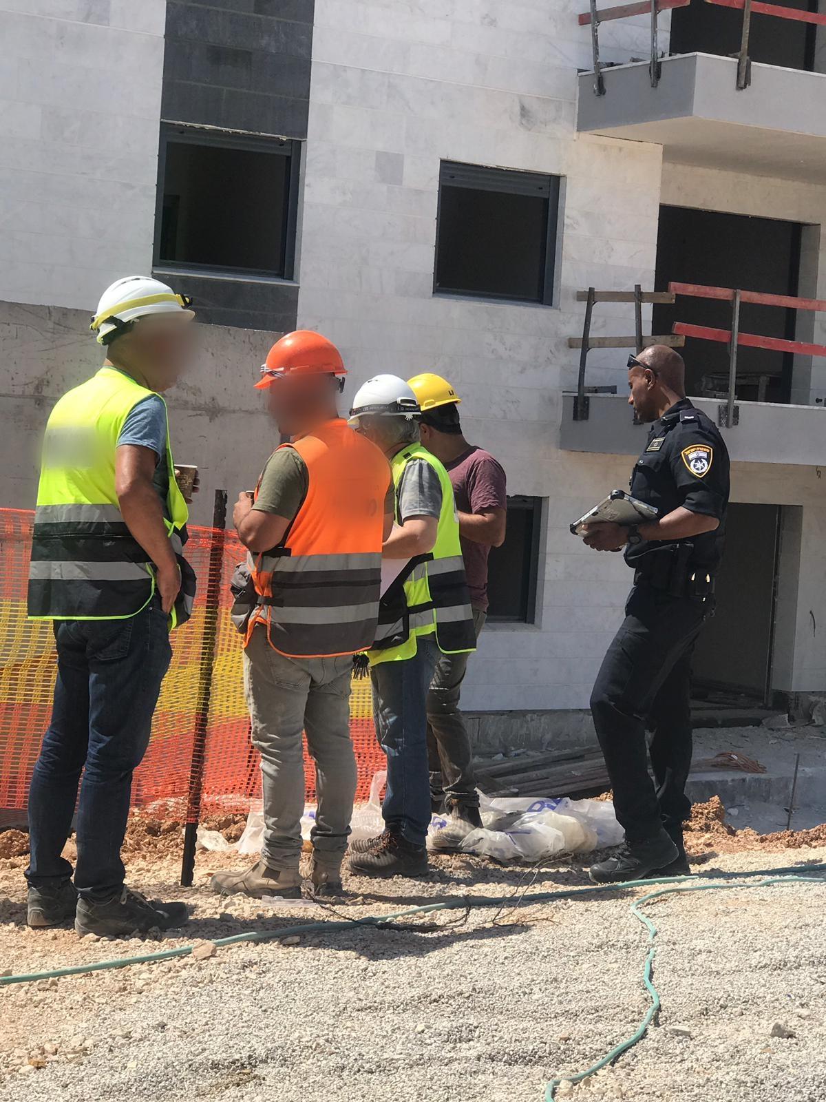 Photo of בליץ של המשטרה על אתרי בנייה בראש העין הביא לחשיפת ליקויי בטיחות חמורים