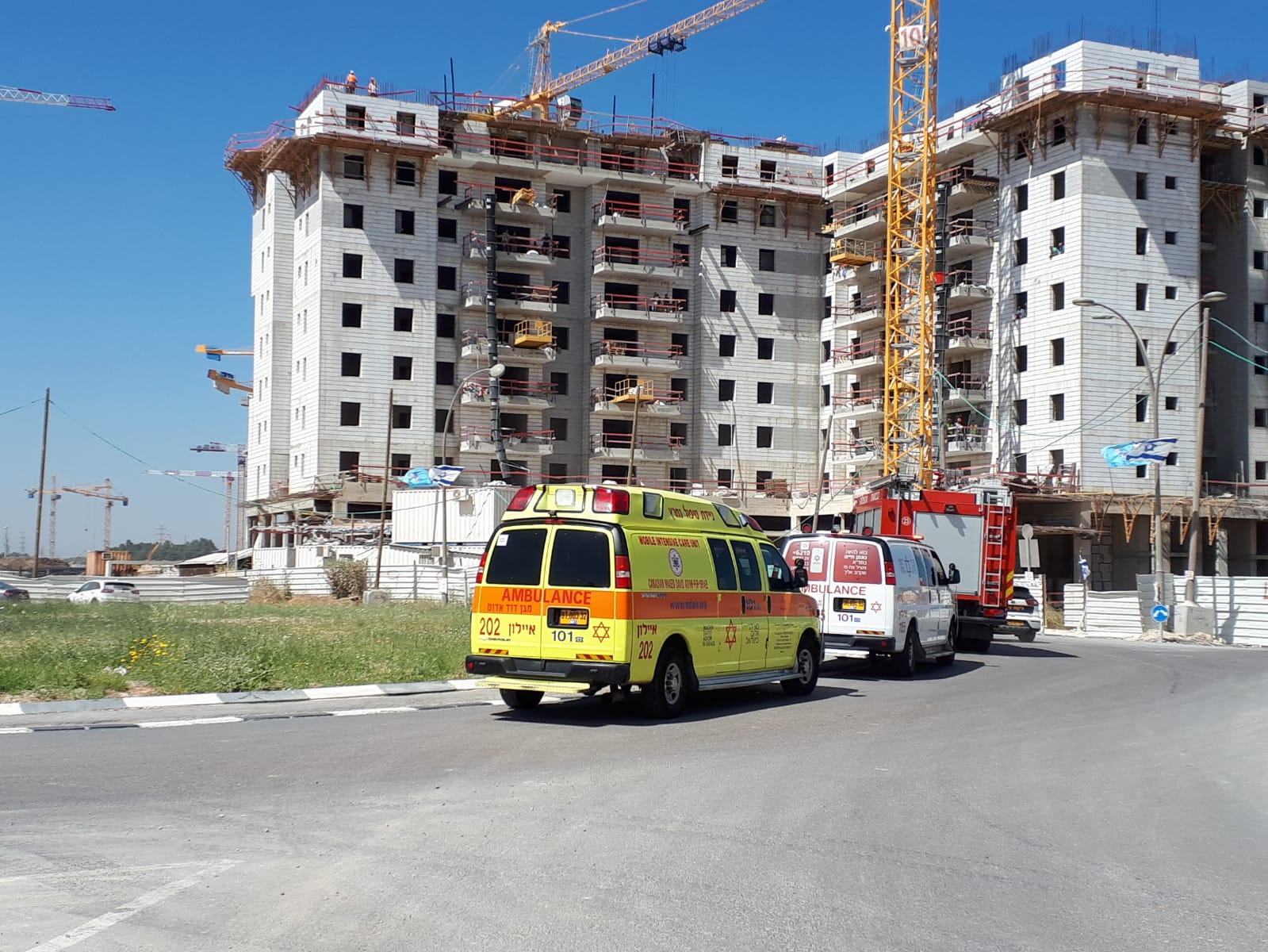 """Photo of ראשוני: טרגדיה באתר בנייה ברחוב הבילויים בר""""ג. פועל בן 40 נפל מגובה אל מותו"""
