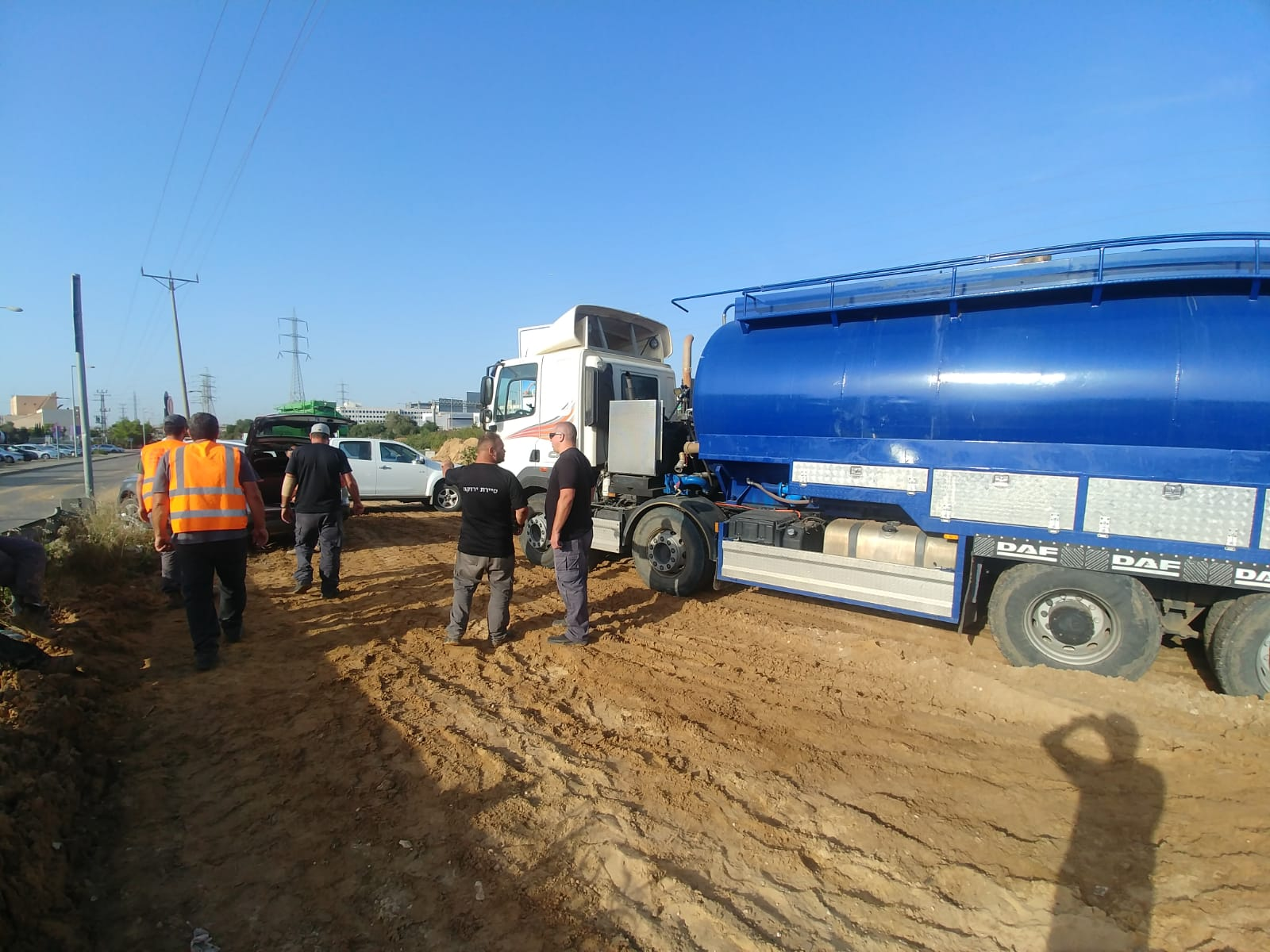 """Photo of נהג משאית מראשון ניצל את ל""""ג בעומר ושפך פסולת בניין באתר התארגנות עד שנתפס. המשאית הוחרמה והוא יועמד לדין פלילי"""