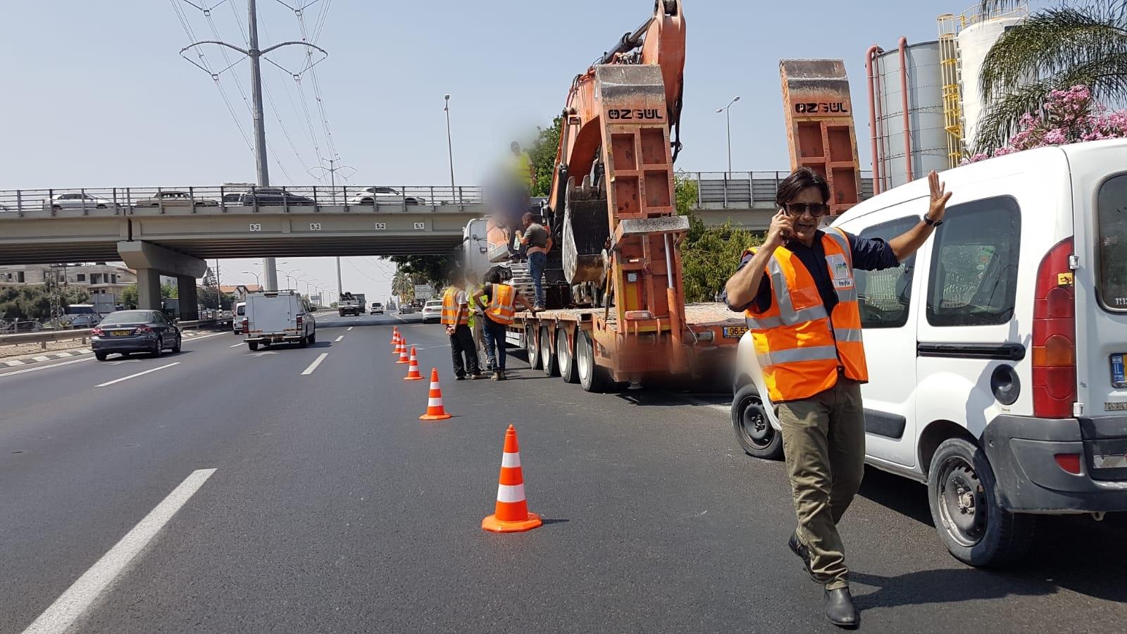 Photo of פעמיים באותו שבוע: שוב משאית פגעה בגשר בר אילן להולכי הרגל. התנועה במקום נחסמה