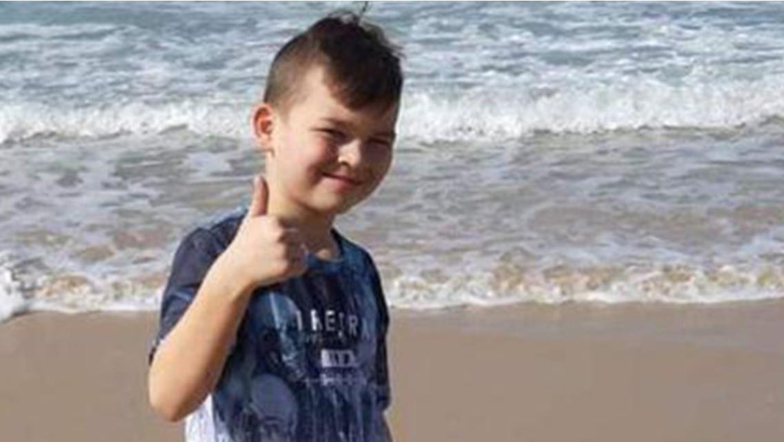 """Photo of הוריו של הילד טימופיי ,שנהרג בנפילה מצוק בחוף בת-ים תובעים 2.5 מיליון שקל מעיריית בת-ים ובכירים בה: """"נהרג כתוצאה ממסכת מחדלים שערורייתיים ורשלנות פושעת"""""""