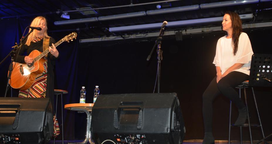 Photo of דנה ברגר וליהיא לפיד במופע משותף במסגרת חודש הקריאה בגבעתיים