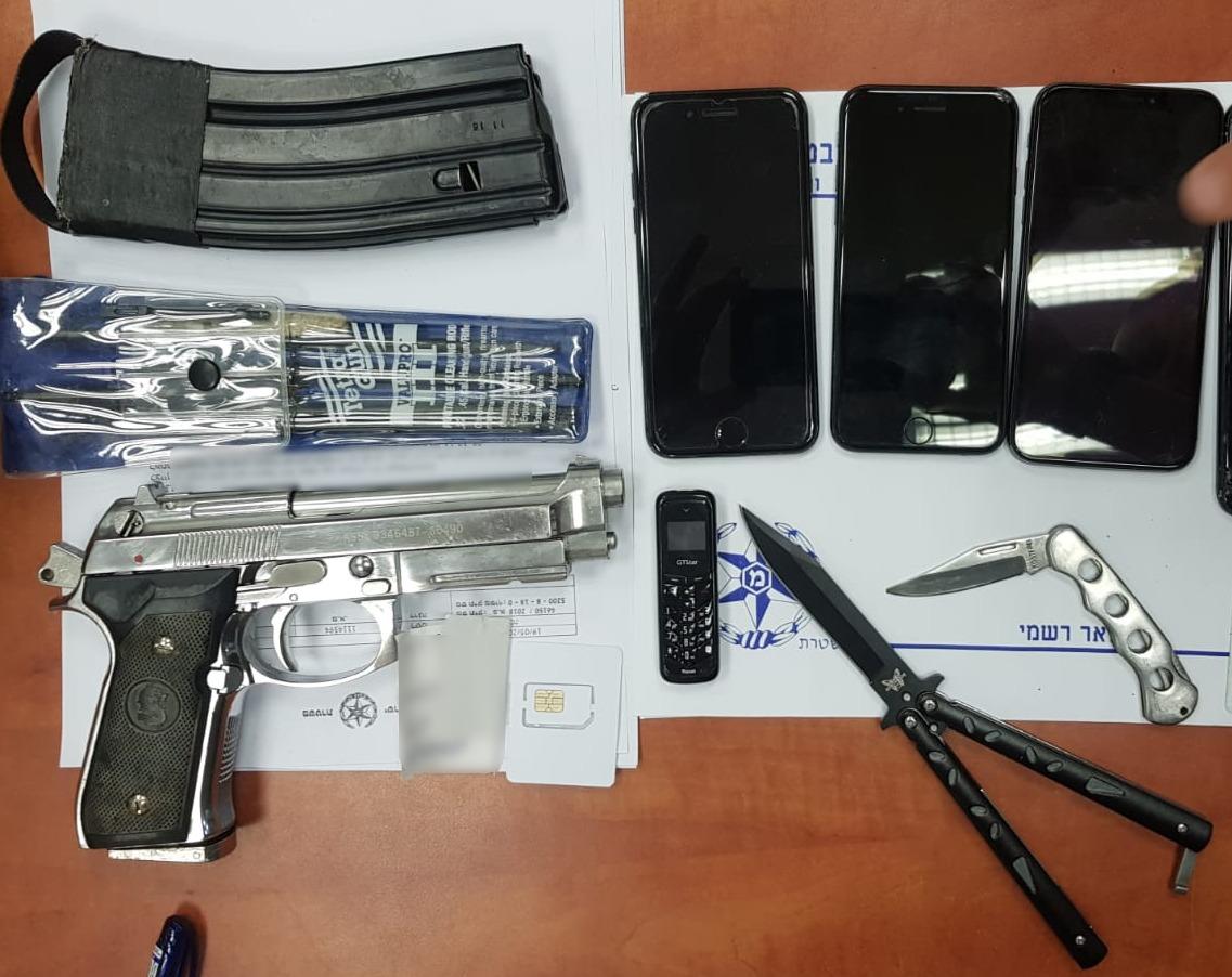 הגיעו עם סכין ואקדח ואיימו על הוריו הקשישים. צילום: דוברות המשטרה