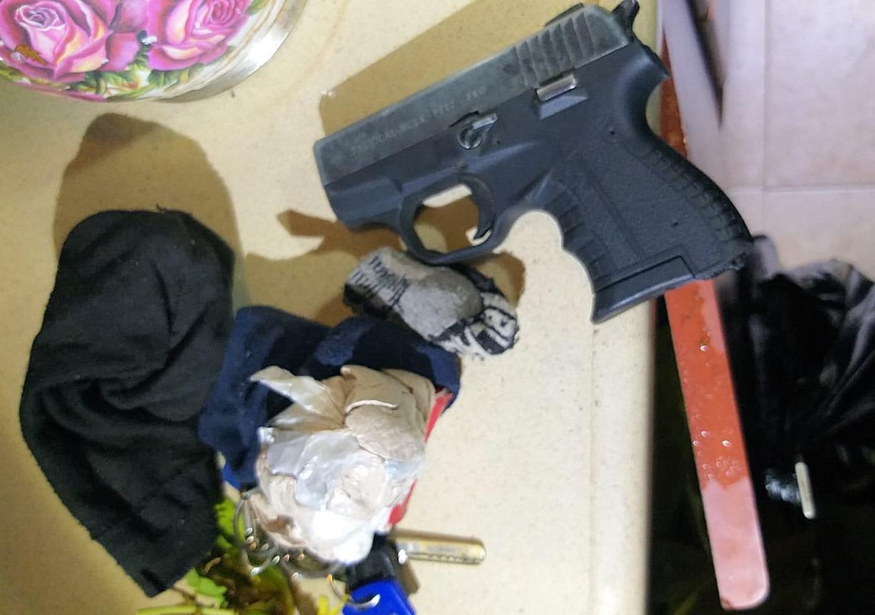 Photo of אקדח והרואין בגרביים – משטרת ישראל עצרה בלוד חשוד בהחזקת אקדח וסמים