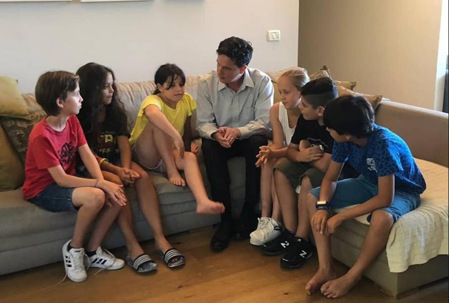 Photo of בעקבות פנייה של ליעד אילני, שר החינוך הסכים להתערב בניסיון למנוע את גירוש הילדים והאם הפיליפינית