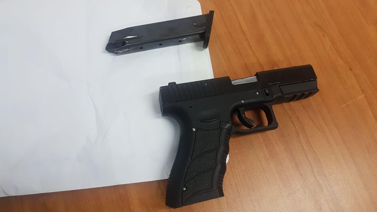 האקדח שנתפס על חם. צילום: דוברות המשטרה