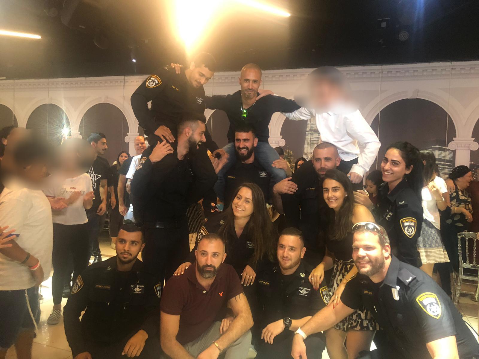 השוטרים שבאו לשמח את בר המצווה וריגשו. צילום: משטרת ישראל