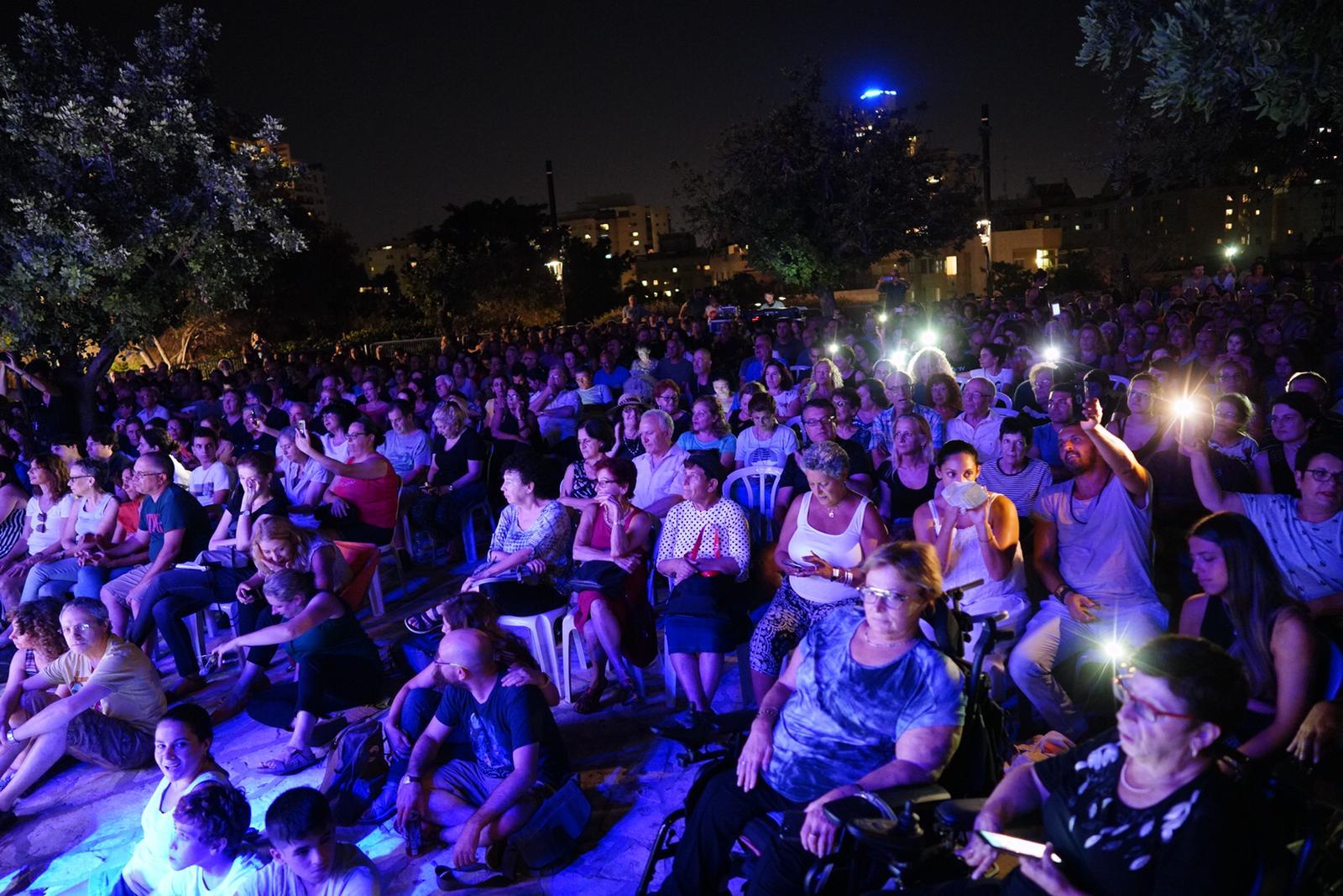 Photo of ערב מחווה לאריק איינשטיין, שלום חנוך ומאיר אריאל ברחבת מצפה הכוכבים בגבעתיים