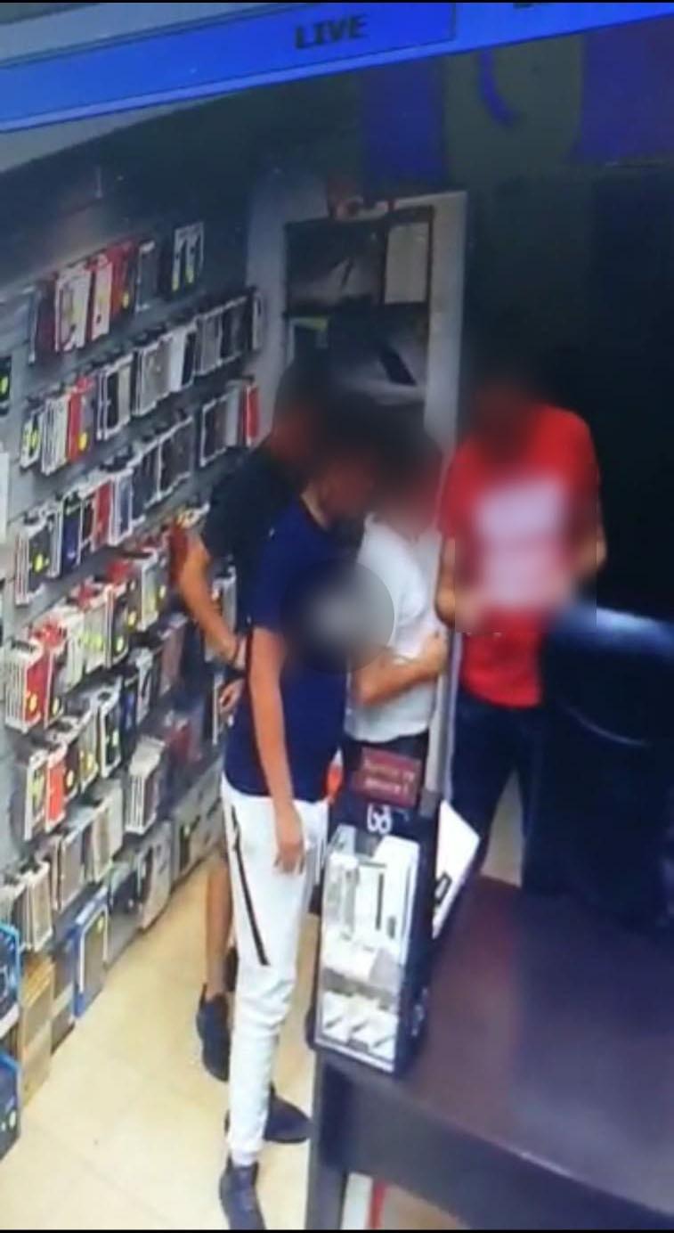 Photo of ילדה בת 12 מבת ים הותקפה על ידי 3 נערים שחטפו ממנה את הסלולרי שלה. הסוף טוב