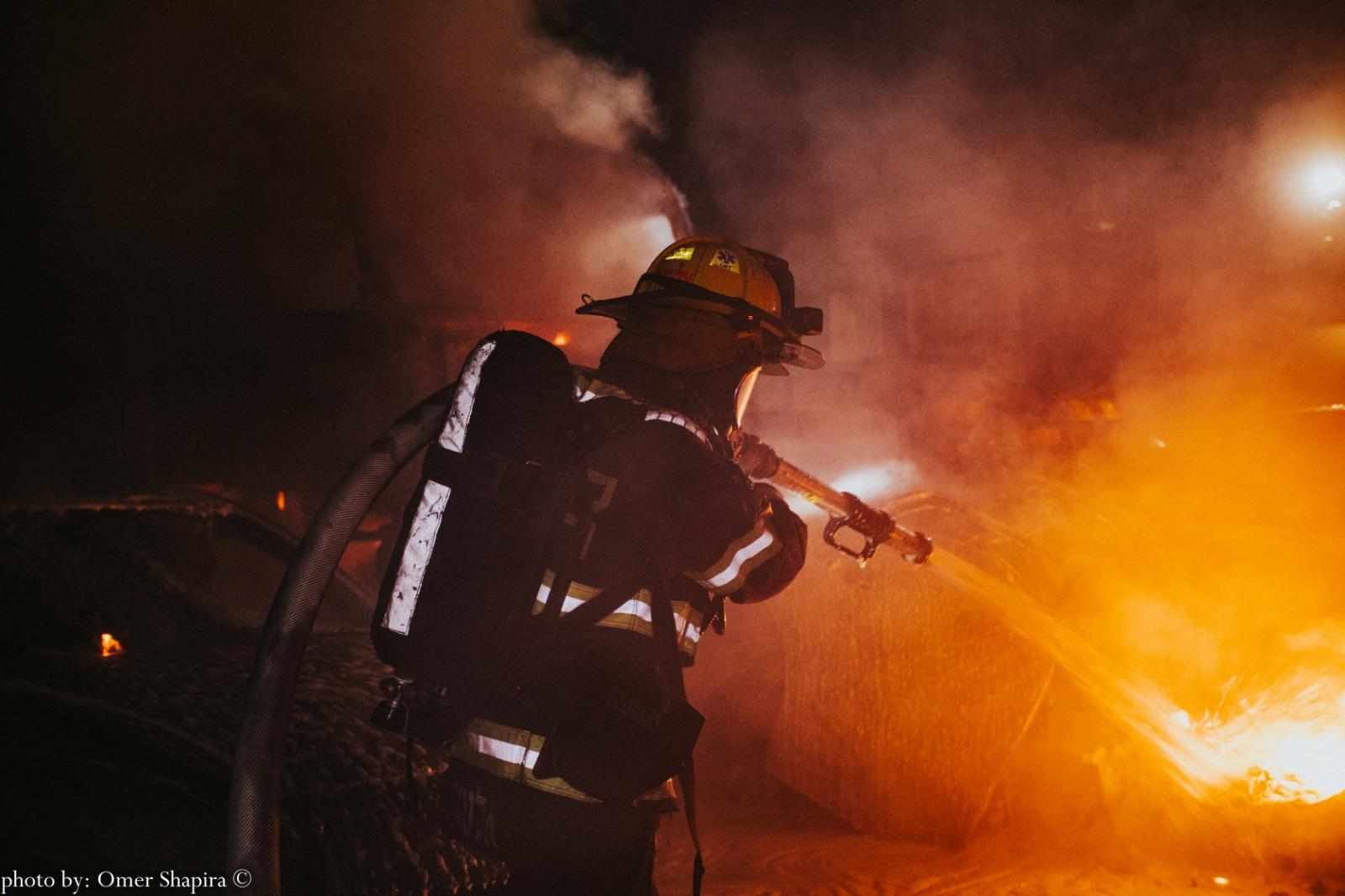 Photo of 3 רכבים פרטיים ומשאית עלו באש הלילה במגרש מכוניות ברחוב יגע כפיים בפתח תקווה. נסיבות האירוע נבדקות