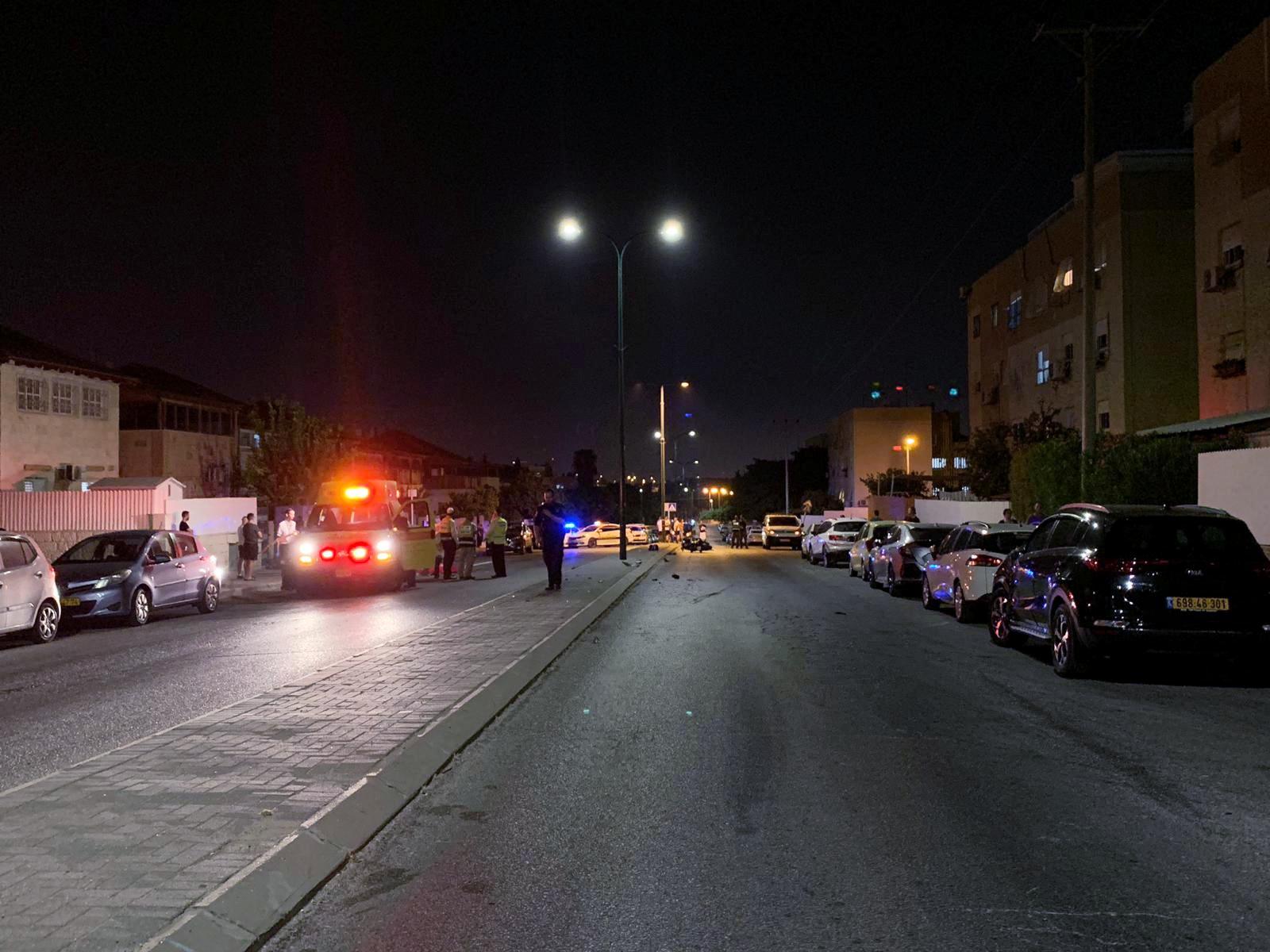 Photo of תאונה קטלנית ברחוב אפריאט ברמלה. בת 70 נהרגה מפגיעת אופנוע עליו רכבו שני צעירים