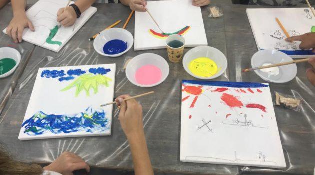 """ילדי בי""""ס שמעוני בגבעתיים במפגש עם האמנית איריס גת."""