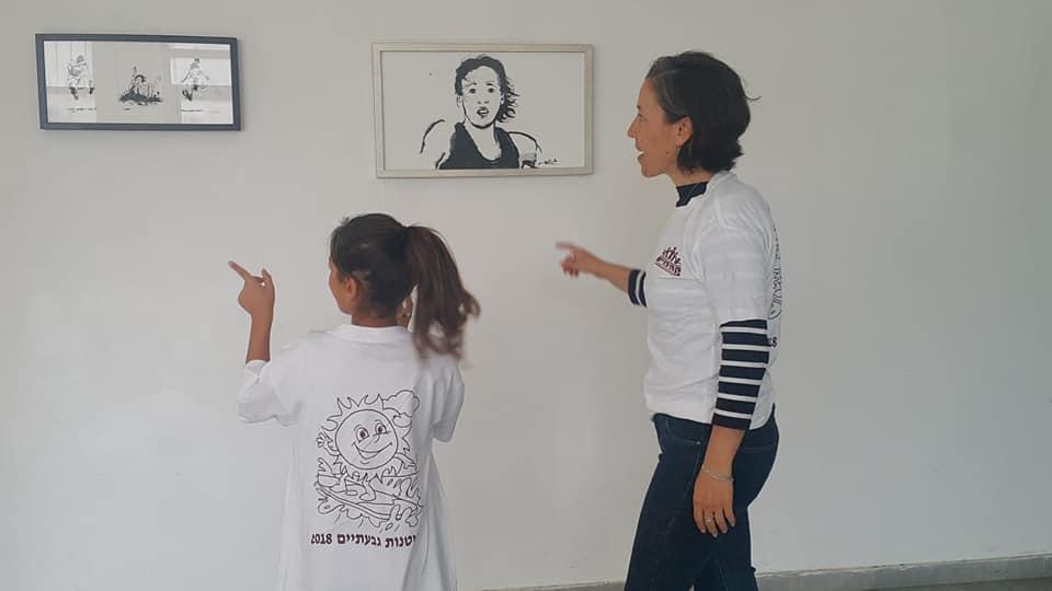 """Photo of הקשר בין ילדים ותערוכות אמנות: מפגש יצירתי של תלמידי כיתה ה' בביה""""ס שמעוני בגבעתיים עם האמנית איריס גת"""