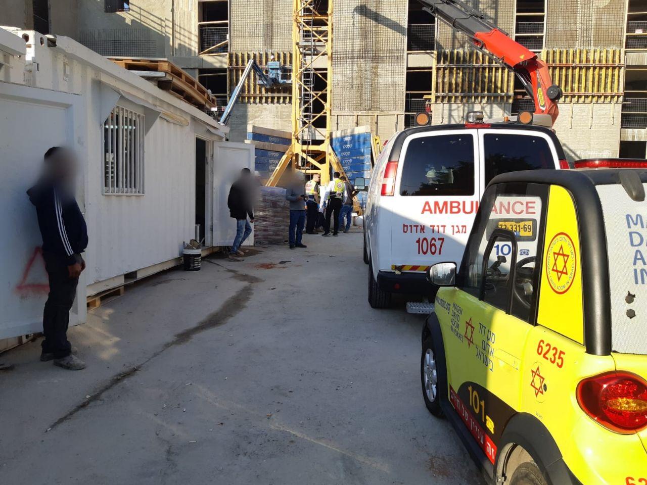 Photo of פועל נפגע ממוט ברזל באתר בנייה בקרית אריה, הוא פונה מהמקום במצב קל-בינוני