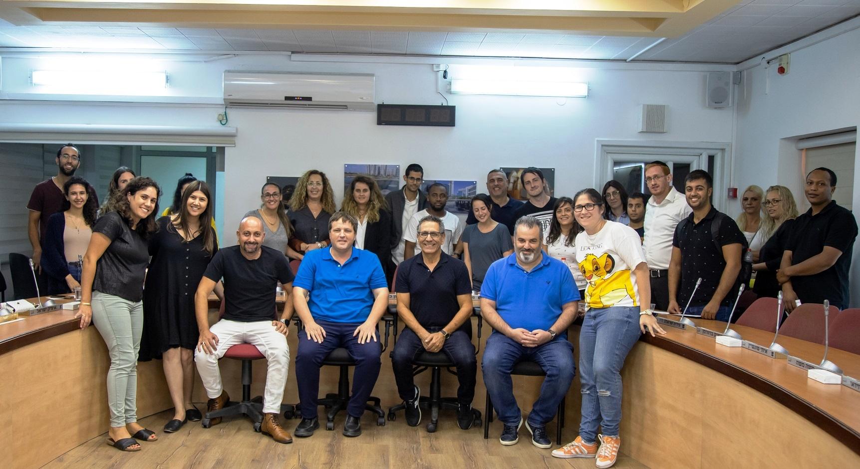 Photo of בא מהלב: ראש העיר רמי גרינברג העניק מלגות לסטודנטים שפעלו והתנדבו בקהילה