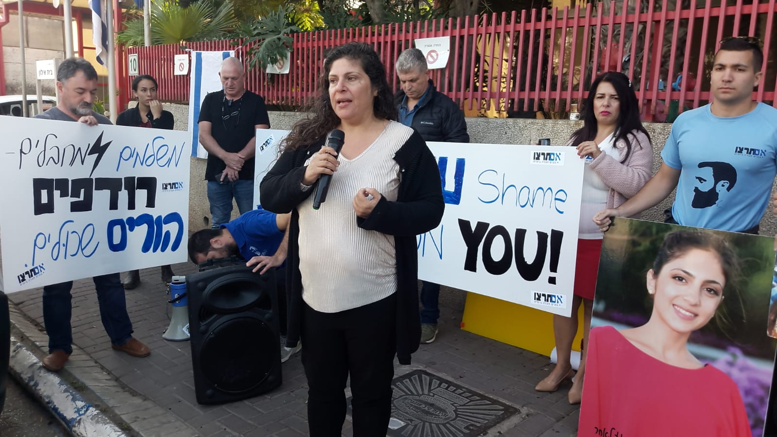 "Photo of צפו: המשפחות השכולות במחאה נגד האיחוד האירופי: ""הכסף שלכם רצח את הילדים שלנו"""